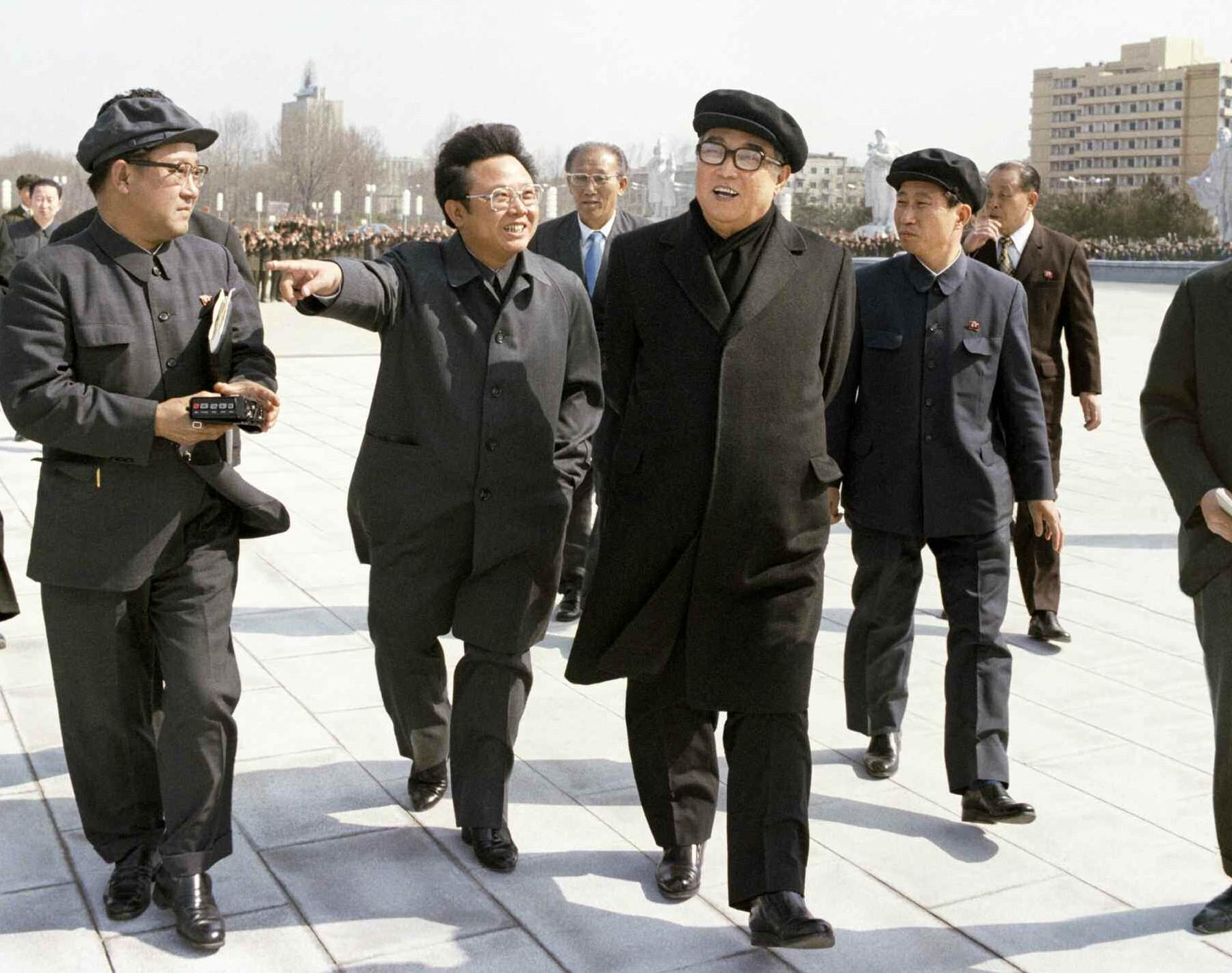 1. Великий Вождь товарищ Ким Ир Сен с Великим Руководителем товарищем Ким Чен Иром осматривают Монумент идей чучхе, апрель 1982 года