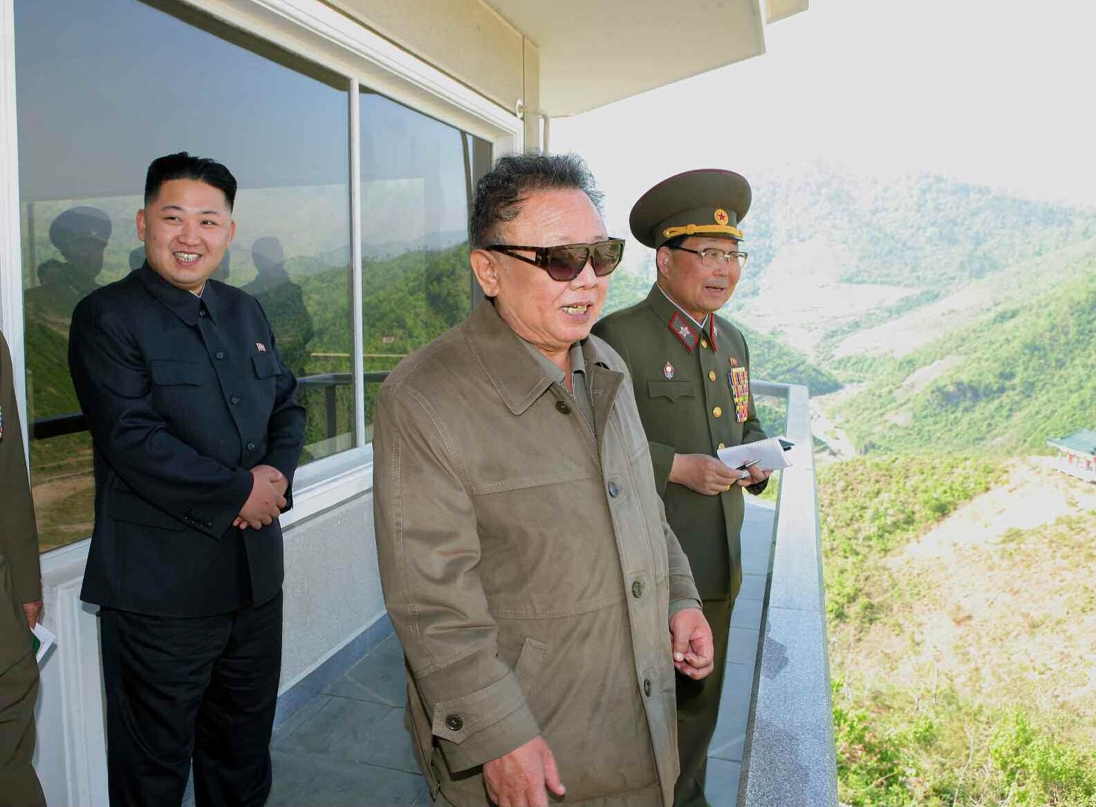 2. Великий Руководитель товарищ Ким Чен Ир с уважаемым и любимым товарищем Ким Чен Ыном руководит на месте строительством Хичхонской электростанции, май 2011 года
