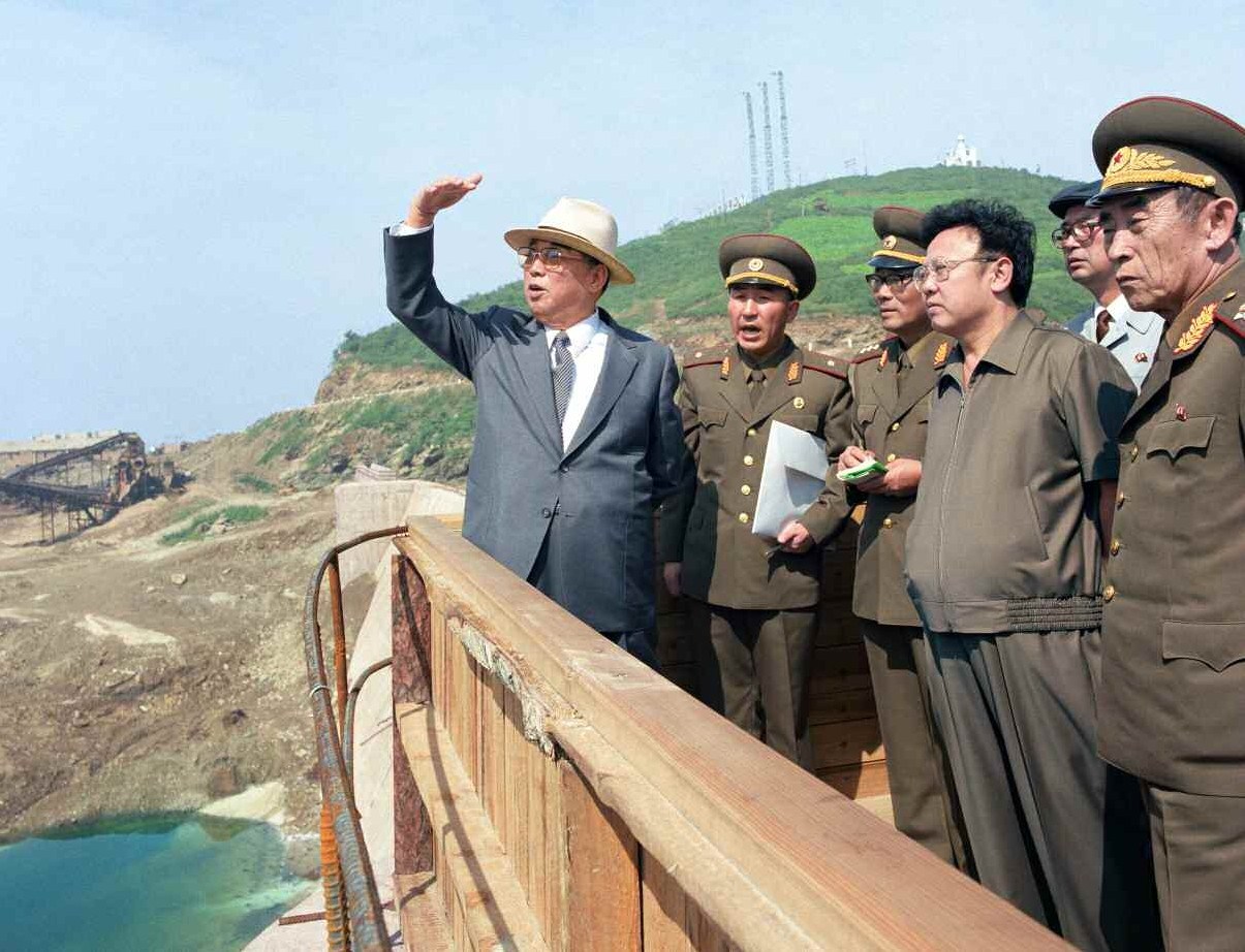 3. Великий Вождь товарищ Ким Ир Сен с Великим Руководителем товарищем Ким Чен Иром руководит на месте строительством Западноморского гидрокомплекса, сентябрь 1985 года