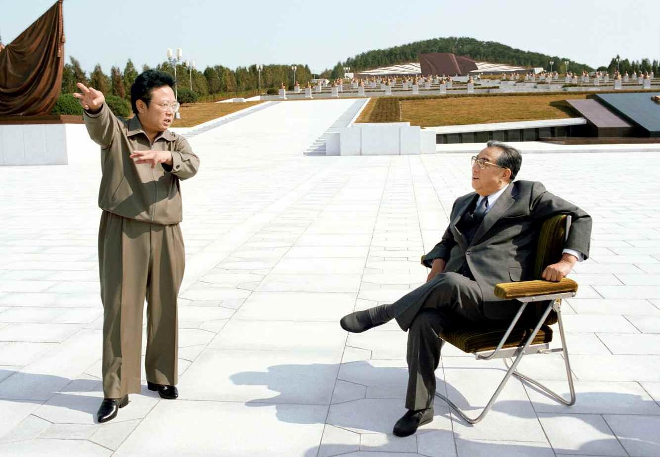 4. Великий Вождь товарищ Ким Ир Сен с Великим Руководителем товарищем Ким Чен Иром посетили реконструированное и расширенное Тэсонсанское кладбище революционеров, октябрь 1985 года