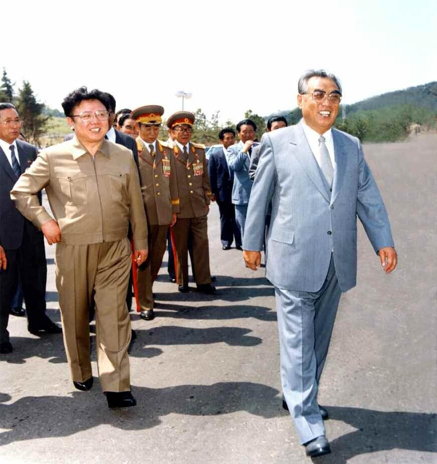 5. Великий Вождь товарищ Ким Ир Сен с Великим Руководителем товарищем Ким Чен Иром на церемонии окончания строительства улицы Кванбок, май 1989 года