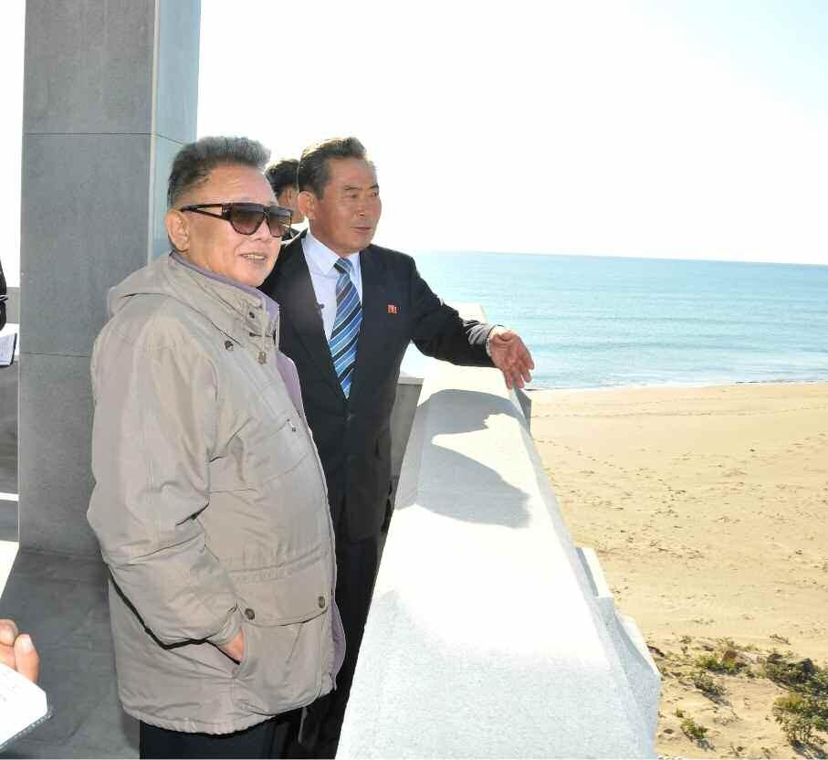 6. Великий Руководитель товарищ Ким Чен Ир руководит на месте строительством Танчхонского порта, октябрь 2011 года