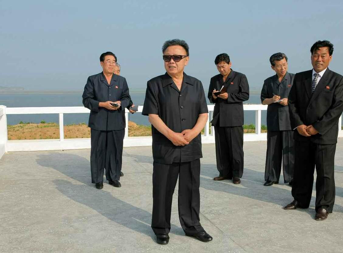 7. Великий Руководитель товарищ Ким Чен Ир руководит на месте завершёнными строительством Тэгедоскими солончаками, июль 2010 года