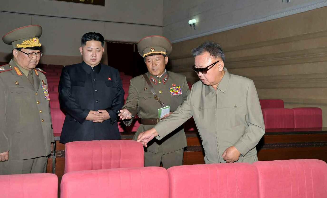 8. Великий Руководитель товарищ Ким Чен Ир с уважаемым и любимым товарищем Ким Чен Ыном осматривает новопостроенный Рённимский Дворец культуры, август 2011 года