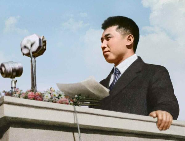 2. Великий Вождь товарищ Ким Ир Сен выступает на Пхеньянском городском массовом собрании, приветствующем триумфальное возвращение на Родину, октябрь 1945 года