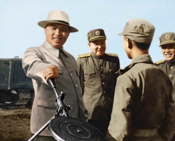 3. Великий Вождь товарищ Ким Ир Сен руководит на месте механизированной частью, май 1950 года