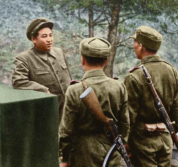 7. Великий Вождь товарищ Ким Ир Сен, посетив фронт, разговаривает с бойцами Народной Армии, апрель 1951 года