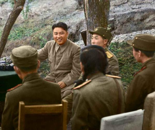 8. Великий Вождь товарищ Ким Ир Сен разговаривает с Героями Республики и примерными бойцами, июнь 1951 года