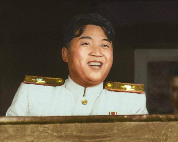 10. Великий Вождь товарищ Ким Ир Сен на совещании военных и политических кадров высших соединений КНА подводит итоги Отечественной освободительной войны, август 1953 года