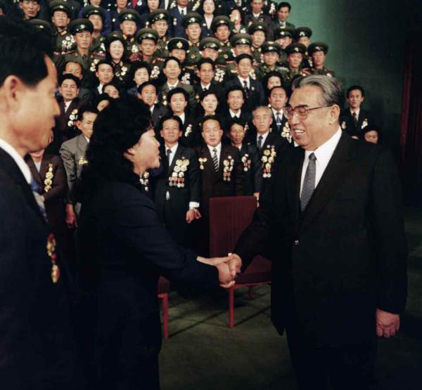 10. Великий Вождь товарищ Ким Ир Сен поздравляет участников съезда передовиков движения за завование Красного знамени 3-х великих революций, ноябрь 1986 года