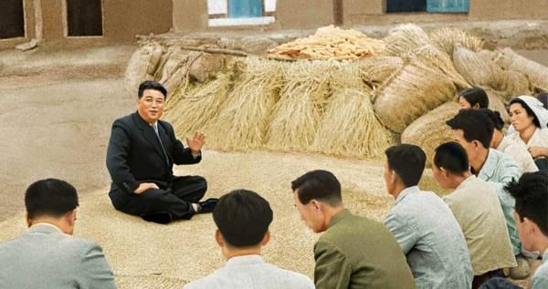 1. Великий Вождь товарищ Ким Ир Сен разговаривает с крестьянами села Чхонсанри уезда Кансо, октябрь 1958 года