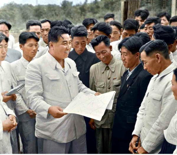 2. Великий Вождь товарищ Ким Ир Сен разговаривает с рабочими Хванхэского металлургического завода, сентябрь 1959 года