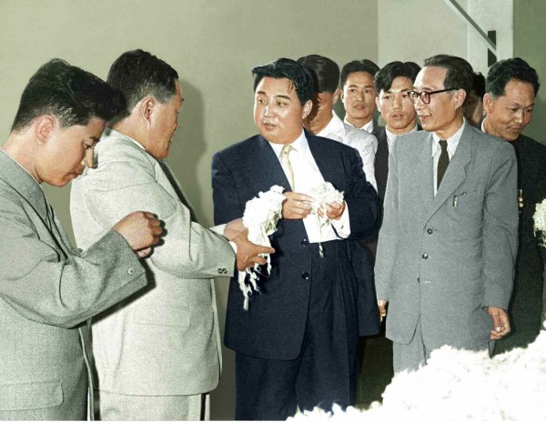4. Великий Вождь товарищ Ким Ир Сен руководит на месте Виналоновым заводом ''8 Февраля'', октябрь 1961 года