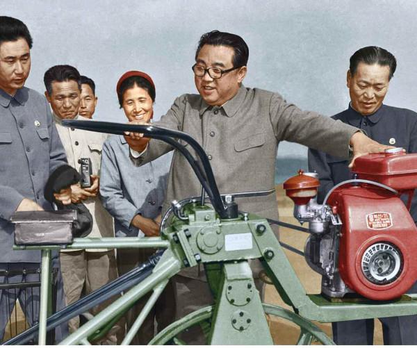 7. Великий Вождь товарищ Ким Ир Сен гладит новосозданную рисопосадочную машину, май 1974 года