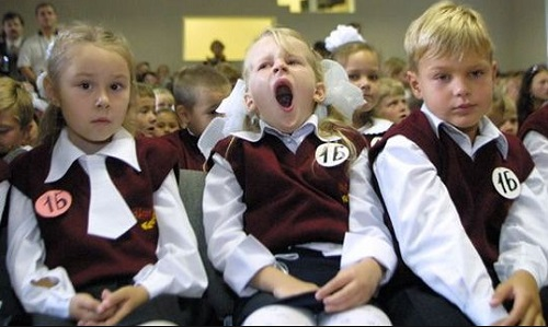 Школьники-одна зевает