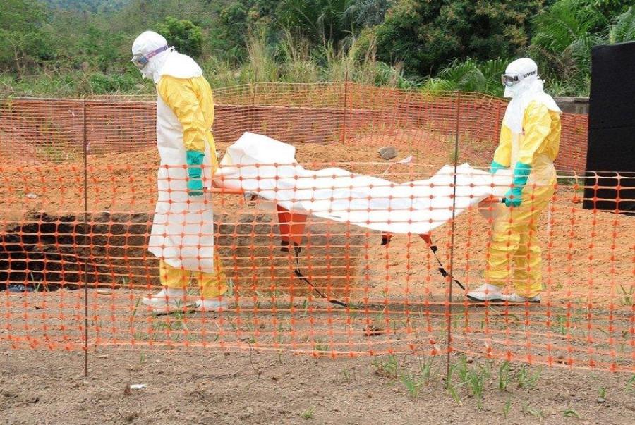 Эбола-труп закапывают