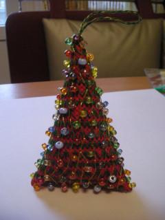 а елки еще бывают бискорнюшные - из одного квадратика сшиваются. эту елочку вышивала мастерица maralma.