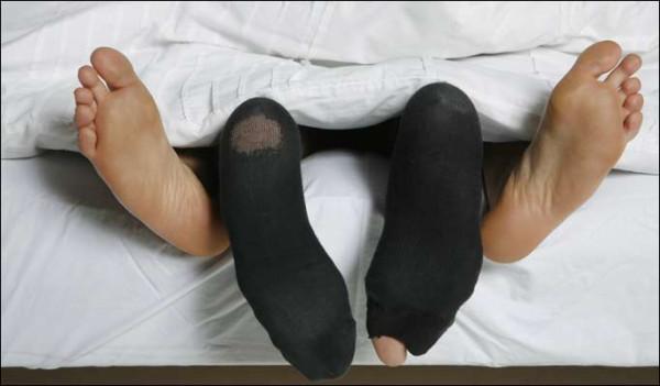 muzhik-nyuhaet-nogi