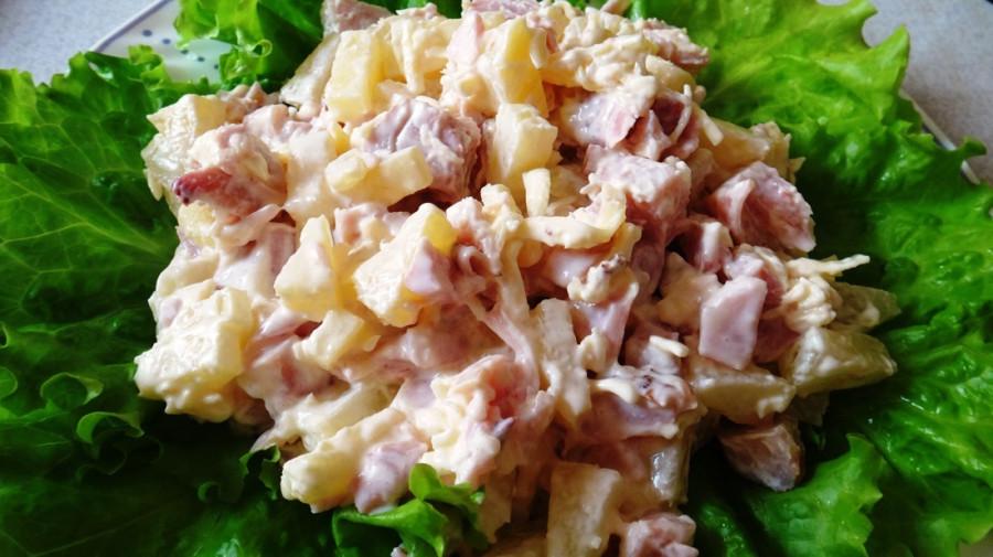 Салат с копченой курицей с ананасом и шампиньонами