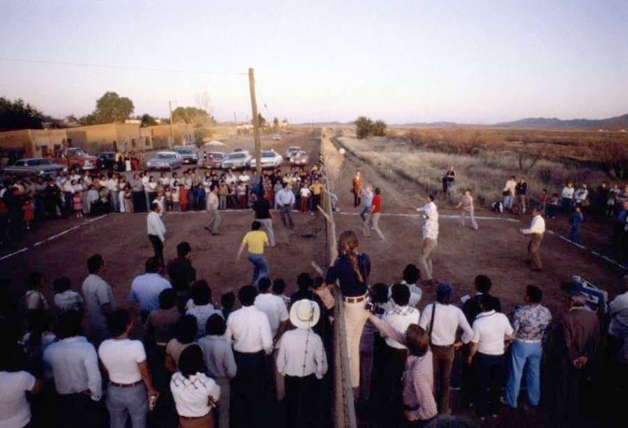 Мексиканцы и американцы играют в волейбол через пограничный забор. Нако, Аризона, 1979 г.