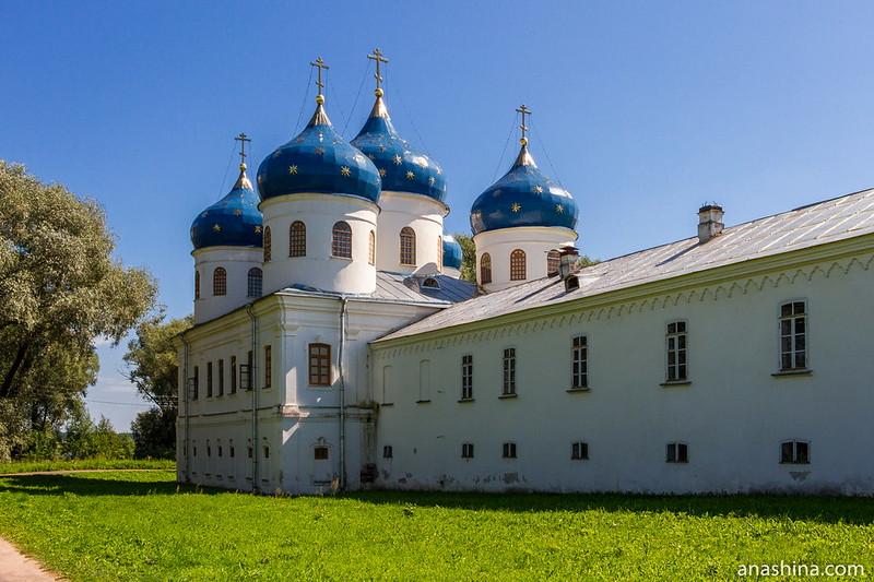 Крестовоздвиженский собор 1761-1823 годов постройки и Келейный корпус