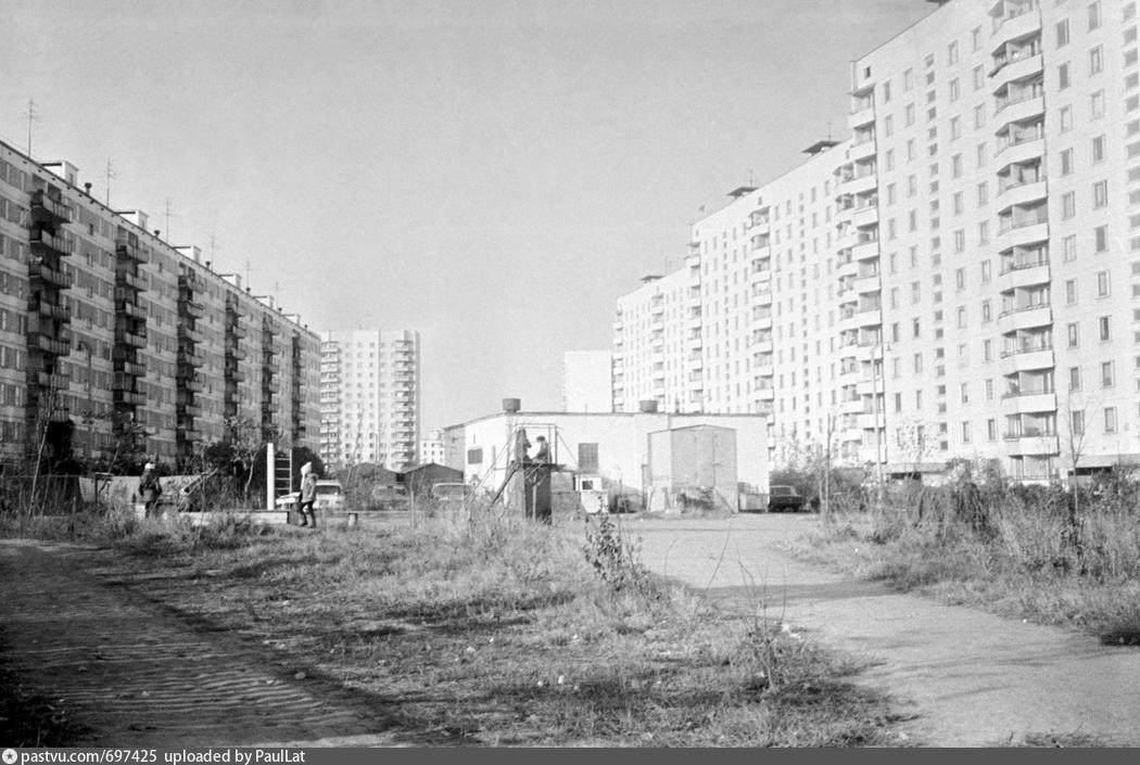 Орехово-Борисово. Слева - дом, в котором я жила в детстве (Каширское шоссе, дом 98, корпус 2). В центре - наша детская площадка. Фото 1979 года. С сайта pastvu.com