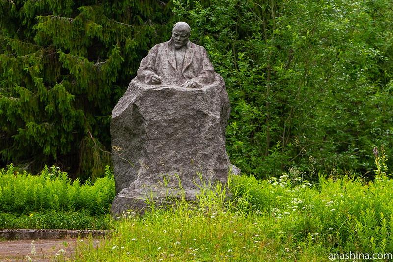 Памятник Ленину в Ялкала. Открыт 20 апреля 1958 года, скульпторы А.И.Долиненко, А.Г.Плискин, В.И.Татарович, Г.Д.Ястребенецкий