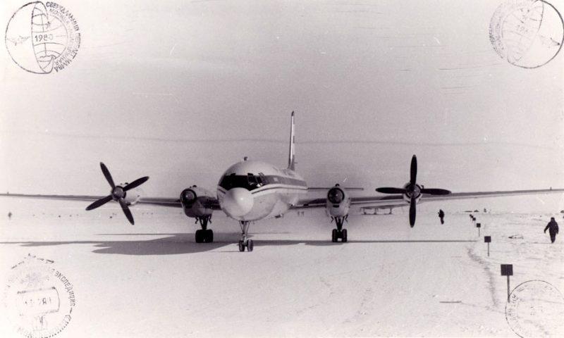 Ил-18Д на ВВП близ станции Молодежная в Антарктиде, 1980 год. Фото из архива В.И.Сеса