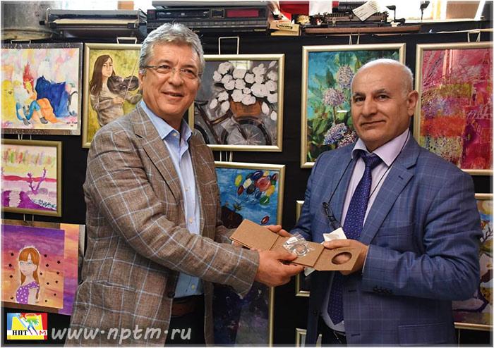 """На фото: мэр г. Эдремита - Сельман Хасан Арслан и действительный член Академии живописи ЮНЕСКО, профессор, доктор наук - Рафик Азиз на Международной выставке """"Мир глазами детей""""."""