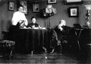 А.М. Жемчужников с дочерью Ольгой и Еленой Боратынскими  в тамбовском доме. Фото М.А. Боратынского