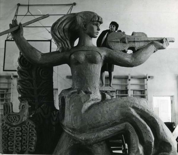 Татьяна Георгиевна Вельцен лепит из глины модель скульптуры. Фото 1967 г.