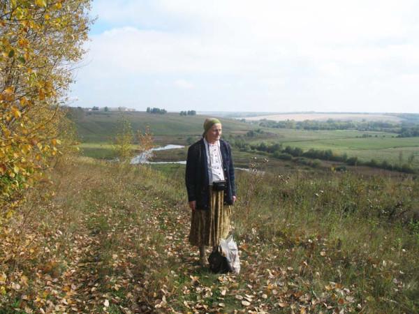 Н.Д. Чичерина на фоне пейзажа, где когда-то была усадьба Чичериных-Боратынских. Фото 24 сентября 2006 г.