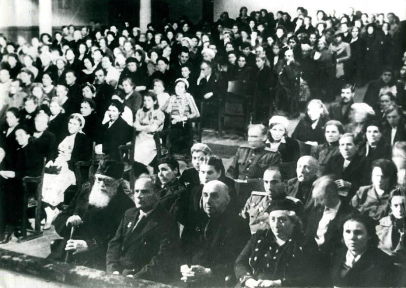 Архиепископ Лука в зале Тамбовского драмтеатра. Середина 1940-х годов