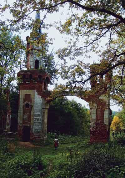 Ворота в парке усадьбы Кирицы (Рязанская область). Арх. Ф.О. Шехтель. 2006