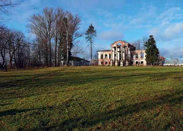 Парковая поляна перед усадебным домом в Медведках (Костромская область). 2011