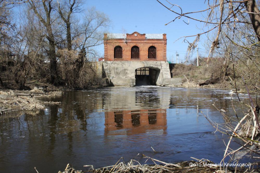 Здание бывшей гидроэлектростанции на реке Цне в Тамбове. Фото 16 апреля 2019 года