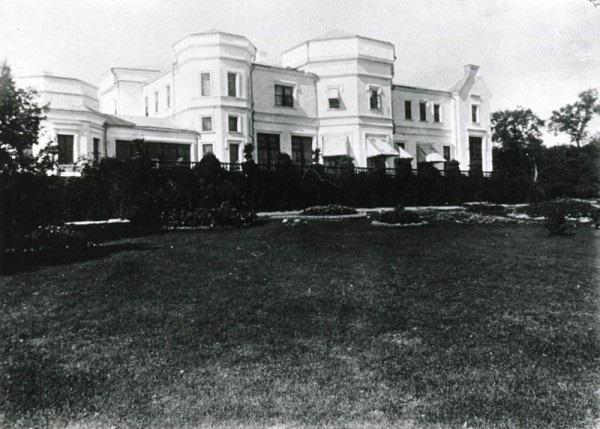 Фотография исторического усадебного дома, который был деревянным и оштукатуренным