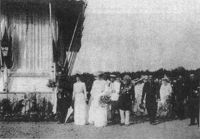 Н.Н. Чолокаев рядом с Николаем II у павильона тамбовского дворянства 19 июля 1903 года. Фотография взята из [8]
