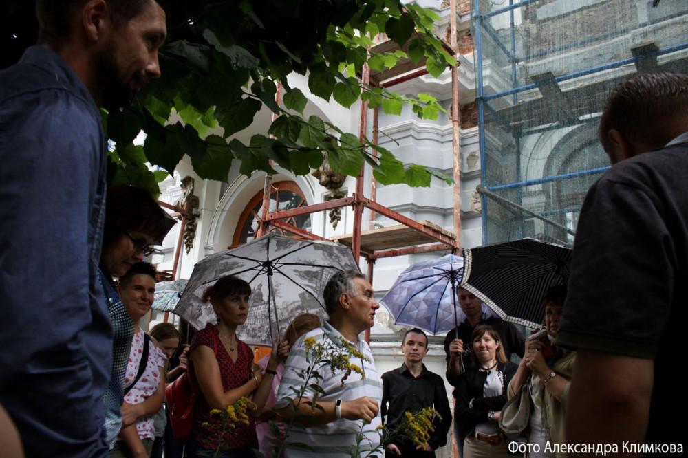 Ю.В. Плетнёв ведет экскурсию по улице Лермонтовской. Фото 17 августа 2019 года