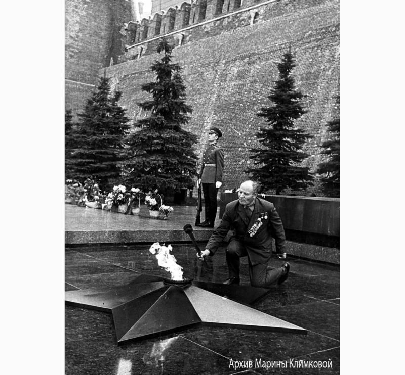 Герой Советского Союза Я.Н. Орлов зажигает факел от Вечного огня на могиле Неизвестного солдата для доставки в Тамбов. Москва, Александровский парк. Май 1970 года