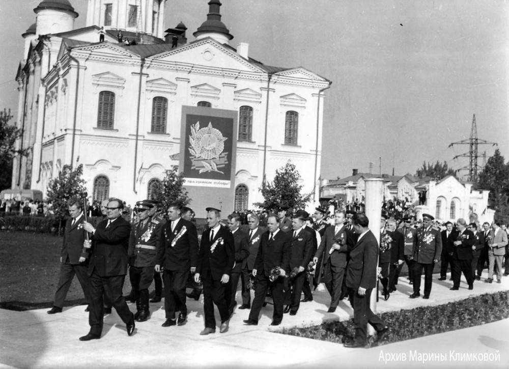 """Церемония открытия монумента """"Вечная слава"""". Тамбов, Октябрьская площадь. Фото 8 мая 1970 года"""