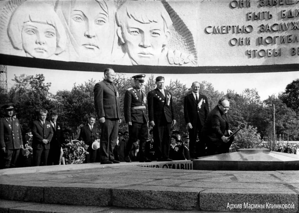 Первый секретарь Тамбовского обкома КПСС В.И. Черный зажигает Вечный огонь в центре монумента. Тамбов, Октябрьская площадь. Фото 8 мая 1970 года