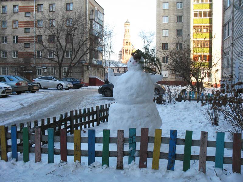 Снеговик около дома на Студенецкой набережной. Тамбов. Фото 25 января 2013 г.