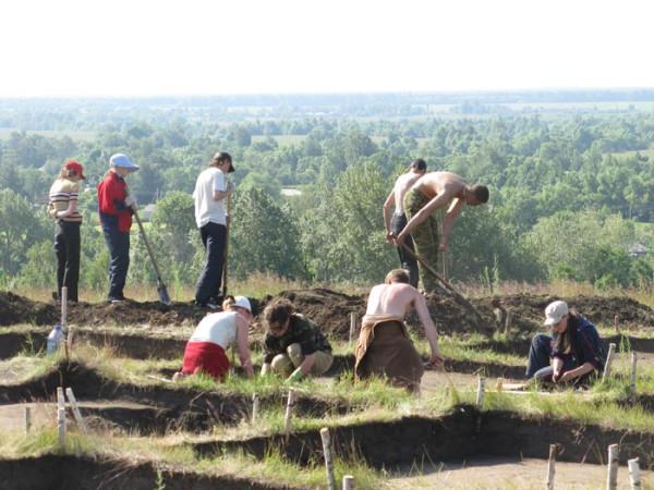 Студенты Державинского университета на раскопках Давыдовского городища. 2008