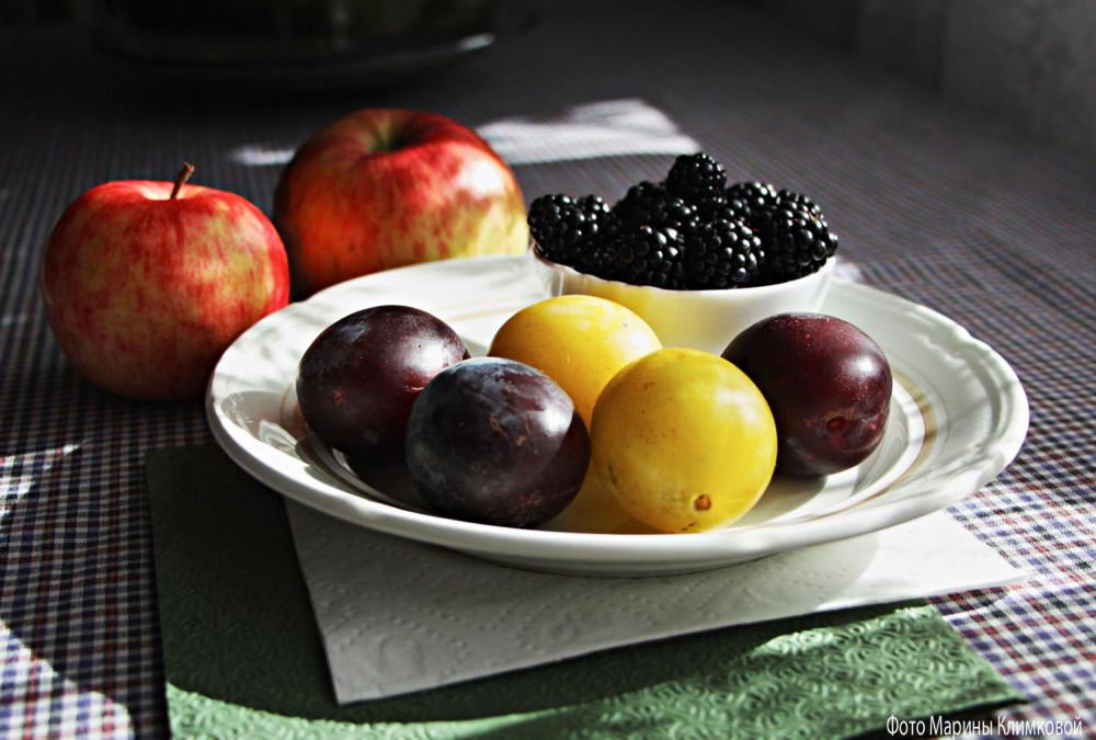 Ежевика, сливы и яблоки. Фото 20 августа 2020 года