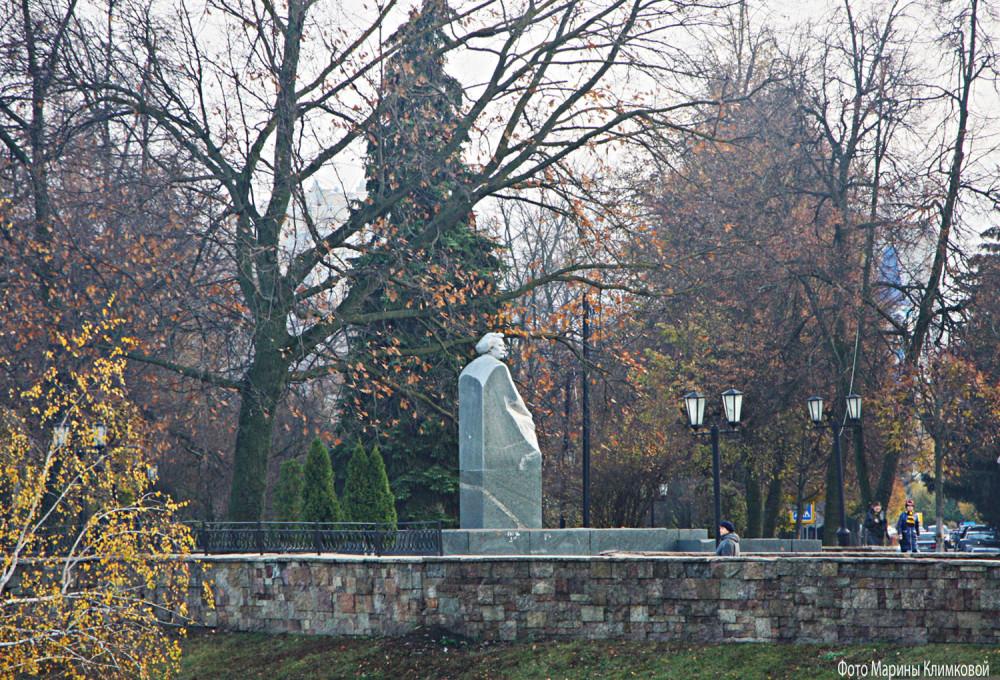 Памятник С.Н. Сергееву-Ценскому на Набережной. Тамбов. Фото 3 ноября 2020 года