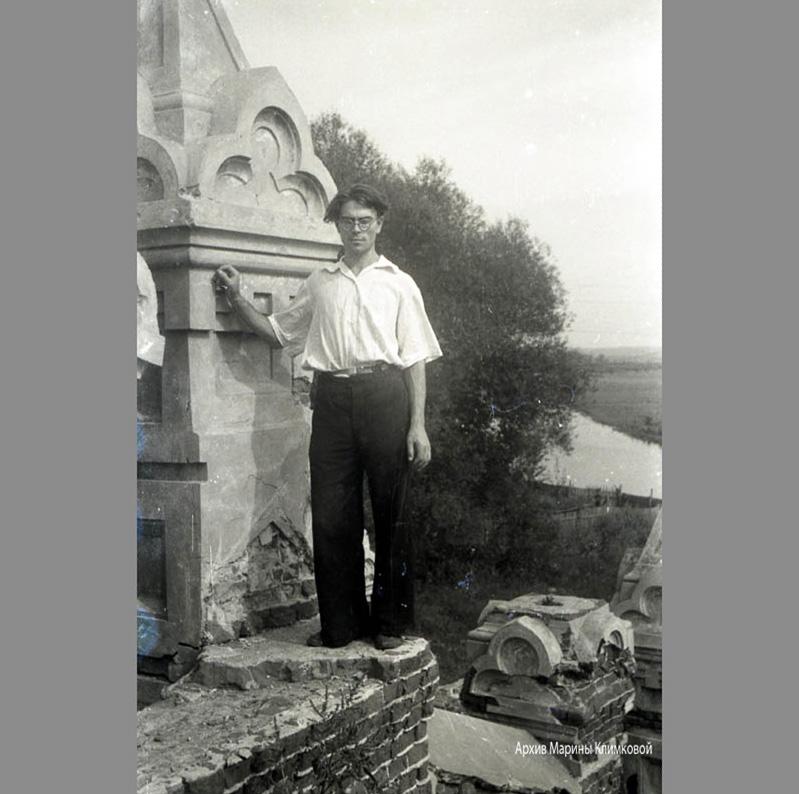Владимир Георгиевич Шпильчин на руинах лестницы в городском саду Тамбова.Фото 1949 года