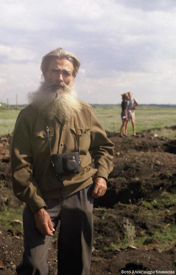 Владимир Георгиевич Шпильчин на месте усадьбы Боратынских Мара. Фото 1999 года