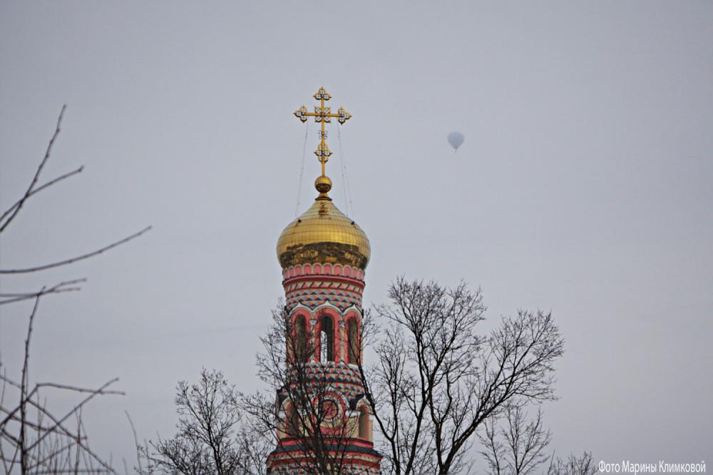Вид из окна с воздушным шаром. Фото 21 февраля 2021 года