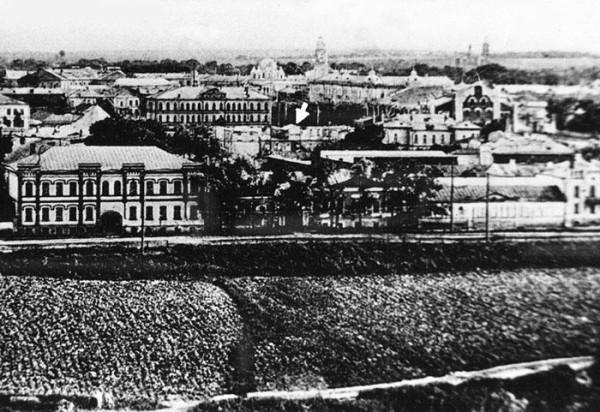 Вид с колокольни Троицкой церкви на сносимое здание зимнего театра. Фото 1910-х гг.